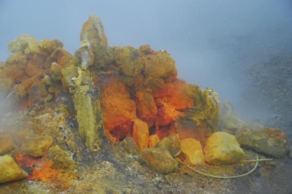 8-gloeiende-zwavel-vulkaan-solfatara45296D2E-1F2B-9F89-B6FD-040D8994798E.jpg