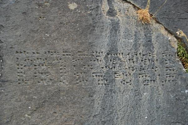 10-inscriptie-spijkerschrift-van-de-urartische-koning-argishti-iD2D3C37A-E114-6E44-BCCD-FE8B0FF591D9.jpg