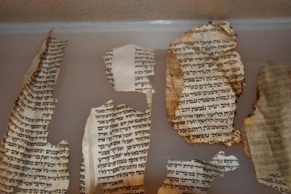 09-in-1938-verbrande-fragmenten-van-de-torah-rollen-synagoge-in-essen9DD35178-A62E-0E62-2FAA-DA0FF3E72762.jpg